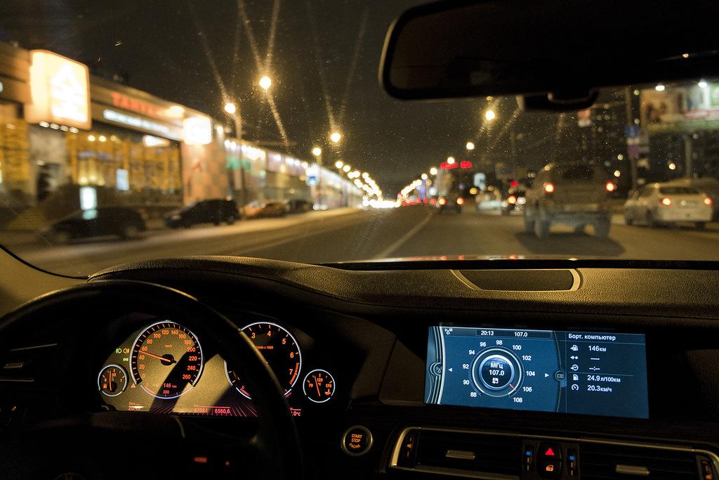 прошедший картинки кататься по ночному городу держит руках